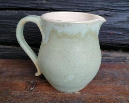 kleiner hellgrüner keramik krug