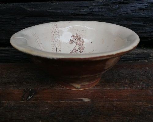 braune keramik schale mit giershabdruck